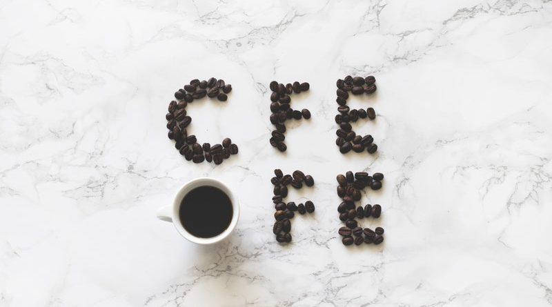 чашка кофе на столе утром