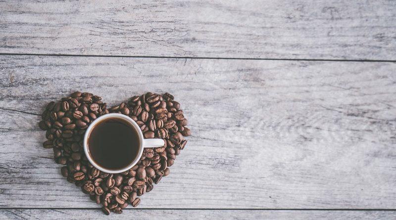 кофейные зерна, кружка кофе