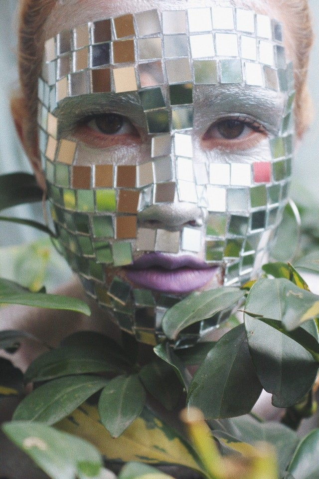 маска в виде мозаики на лице