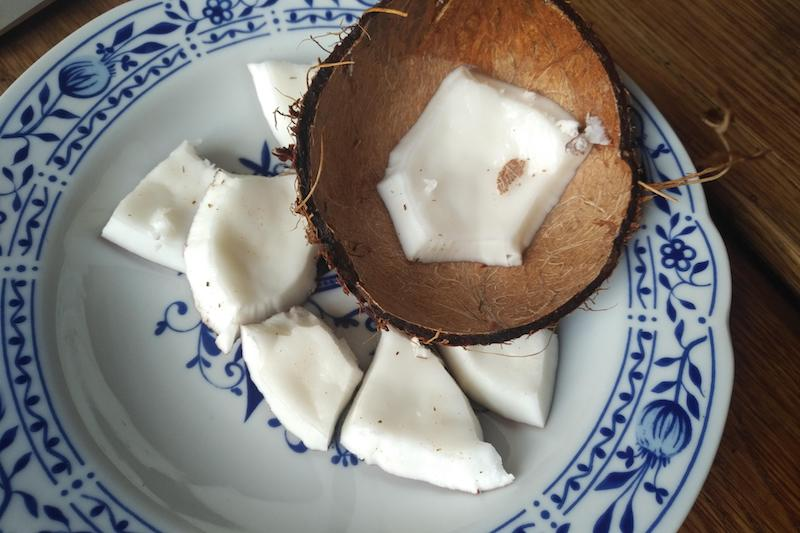 расколоть кокос дома