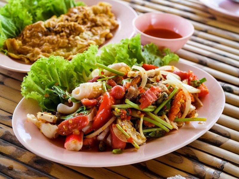 салат с рыбой и помидорами