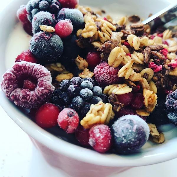 десерт с ягодами и орехами